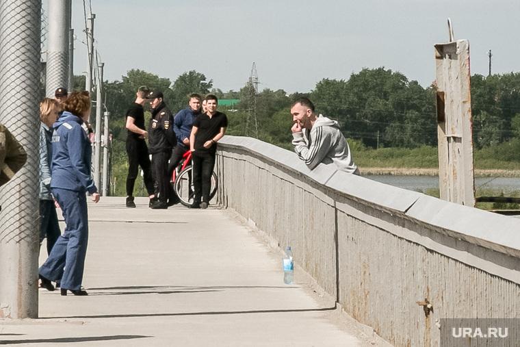 Самоубийца на мосту. Тюмень, мост, самоубийца, прыгун