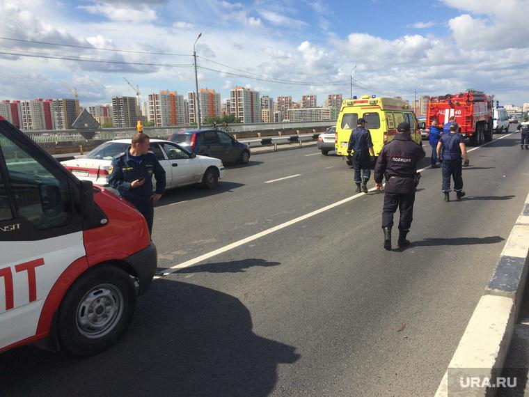 Самоубийца на мосту. Тюмень, мост, проезжая часть, спец машины