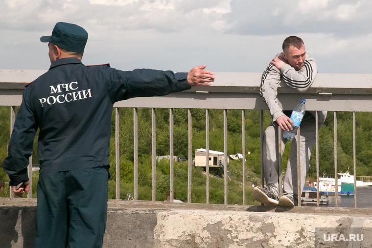 «Самоубийца» на мосту. Тюмень, мчс, самоубийца