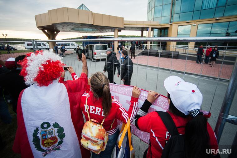 Прибытие сборной Перу по футболу в отель Ramada. Екатеринбург , чм-2018, fifa world cup, болельщики из перу
