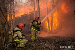 Пожар в расселенном доме, в поселке Солнечный. Сургут, пожар, огонь, мчс, тушение пожара
