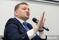 Пресс-конференция Руслана Гаттарова, посвященная подготовке к проведению саммитов ШОС и БРИКС. Челябинск, федечкин дмитрий, жест рукой