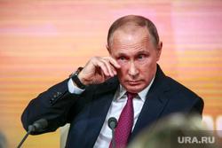Ежегодная итоговая пресс-конференция президента РФ Владимира Путина. Москва, жест, слеза, путин владимир, трет глаз