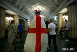 Футбольные болельщики в Москве, английский флаг, станция метро, английские болельщики, тифози, король артур