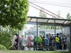 Гуляющие по городу выпускники в день Последнего звонка. Екатеринбург, автобусная остановка, подростки, дети