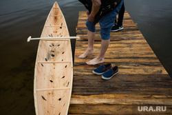 Состязания в гонках по гребле на обласах - традиционных лодках народов Севера. Сургут, лодка, пристань, ноги, облас