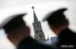 Первомайская демонстрация профсоюзов на Красной площади. Москва, куранты, спасская башня, военные, офицеры, силуэт, фуражки, полиция, оцепление, башни кремля
