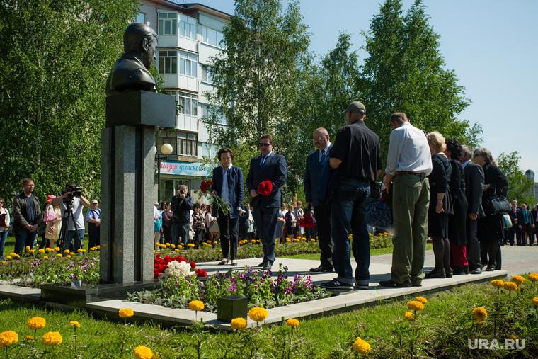 Митинг приуроченный к двадцатой годовщине трагической гибели мэра Нефтеюганска Петухова. Нефтеюганск, холманских игорь, возложение цветов, комарова наталья , бюст петухову