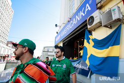 Болельщики сборной Швеции в Екатеринбурге, бар американка, флаг швеции, мексиканцы