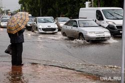 Затопление центральных улиц во время дождя. Екатеринбург, дождь, зонт, ливень, потоп