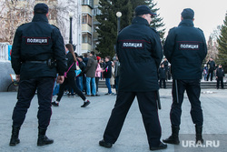 Несанкционированное шествие сторонников Навального у кинотеатра Россия. Курган, оцепление, полиция