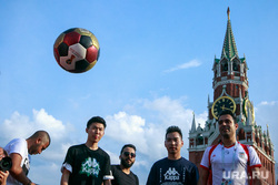 Футбольные болельщики в Москве, футбол, спасская башня, красная площадь, стритбол