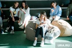 Паблик Маркет. Открытие и концерт Лизы Монеточки. Екатеринбург, девушки, смотрят в телефон