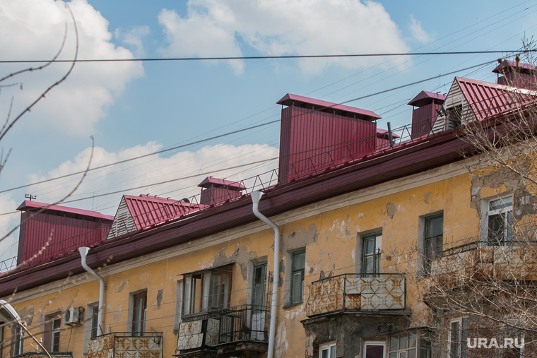 Аварийный жилой дом по адресу Коли Мяготина 74. Курган, крыша дома, капитальный ремонт крыши
