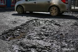 Разбитая дорога по улице Станционная в Кургане., разбитая дорога, ямы в асфальте