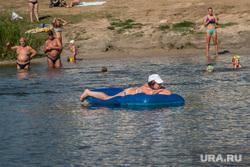 Пляжи и места для купания города Кургана, пляж бабьи пески, загарание, пловец, человек в воде, купающиеся, водный матрац
