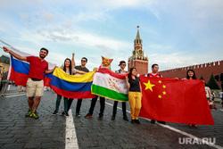 Болельщики на Никольской и Красной площади. Москва, спасская башня, дружба народов, флаги государств, флаг россии, красная площадь, флаг китая, флаг таджикистана, флаг колумбии
