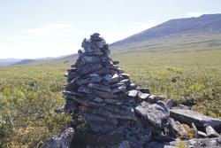 Памятная табличка на месте гибели отшельника с перевала Дятлова