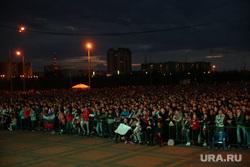 Фан-зона перед СурГУ во время матча Россия-Хорватия Сургут, толпа, болельщики