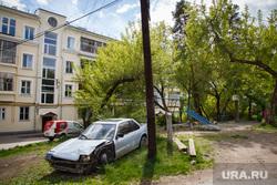 Малый Конный и Большой Конный полуострова (Уральская Куба), побережье Верх-Исетского пруда.  Екатеринбург, двор, разбитый автомобиль