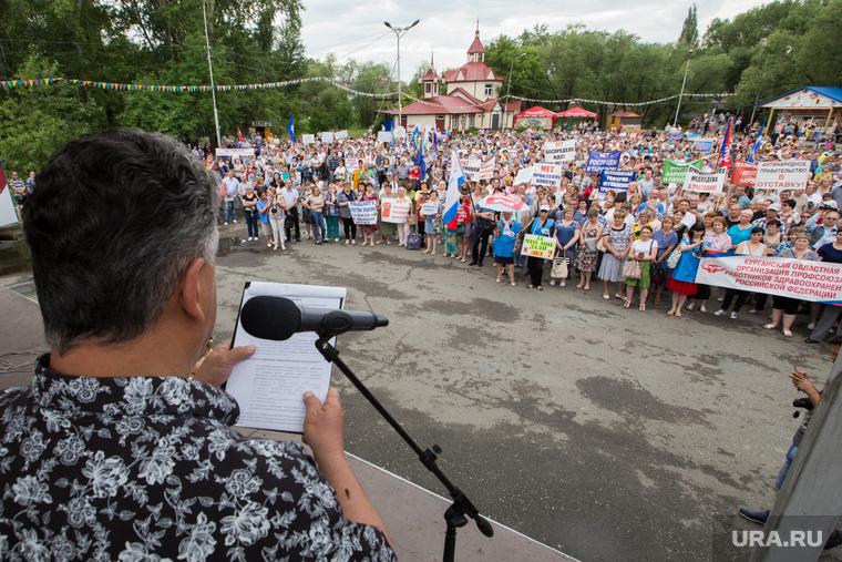 Митинг против пенсионной реформы. Курган, микрофон, выступающий
