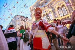 Болельщики на Никольской и Красной площади. Москва, кокошник, русская красавица, иллюминация, девушка в кокошнике, улица никольская
