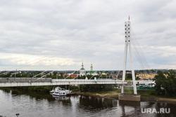Мост влюбленных и памятник борцам революции. Тюмень, мост влюбленных, мост, река тура