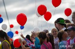 Поездка Евгения Куйвашева в Североуральск: шахта Черемуховская-Глубокая и вручение ключей, праздник, шарики, дети