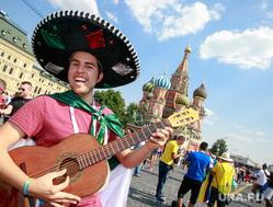 Футбольные болельщики в Москве, гитарист, собор василия блаженного, сомбреро, мексиканские болельщики, покровский собор, красная площадь, марьячи, мучачо