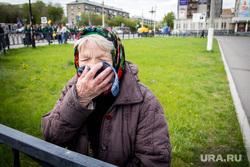 Клипарт. Декабрь (Часть 2). Магнитогорск, пенсионерка, платок, старушка, старость, бабушка, скрывает лицо
