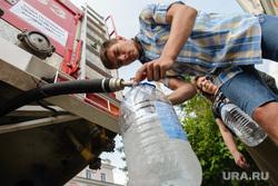 Последствия аварии на русле реки Калья. Североуральск, пожарная машина, водоснабжение, питье, цистерна с водой, вода, раздача воды
