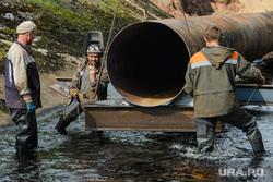 Последствия аварии на русле реки Калья. Североуральск, монтажники, труба, жест рукой, рабочие, жест коза