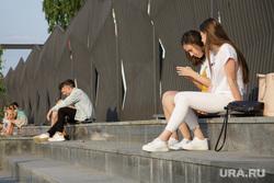 Городская набережная. Пермь, набережная, девушки, молодежь, молодые люди, отдых, общение онлайн, смотрят в телефон