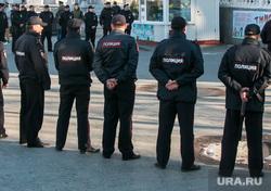 Несанкционированное шествие сторонников Навального у кинотеатра Россия. Курган, полиция, оцепление