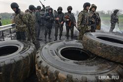 Гражданские блокируют военную технику между Краматорском и Славянском. Украина, баррикады, покрышки, солдаты, блокирование военной техники, украинская армия