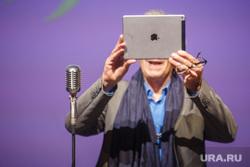 Иэн МакКеллен на открытии Шекспировского фестиваля в Салюте. Екатеринбург, айпад, планшет, эппл, apple, ipad, гаджет, маккеллен иэн