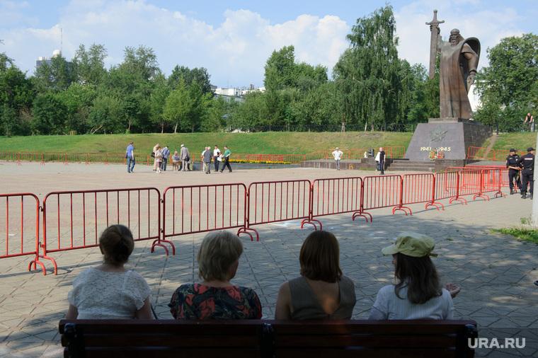 Митинг на площади Обороны против поднятия пенсионного возраста. Екатеринбург, массовое мероприятие, площадь обороны, памятник седой урал, город екатеринбург
