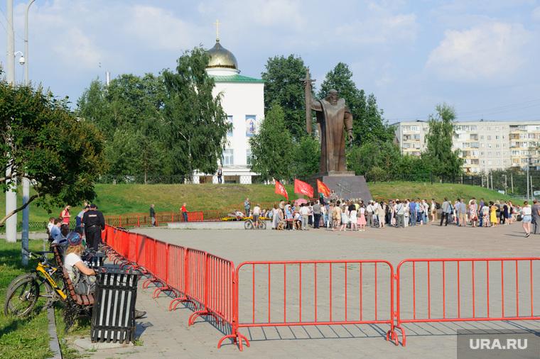 Митинг на площади Обороны против поднятия пенсионного возраста. Екатеринбург, массовое мероприятие, площадь обороны, памятник седой урал