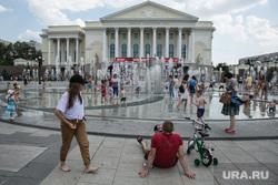 Жители города купаются в фонтане на площади 400 летия. Тюмень, город тюмень, купание в фонтане, дети, фонтан, тюменский драматический театр