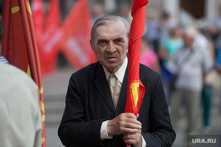 Митинг КПРФ против действующей власти и пенсионной реформы. Курган, пенсионер, мужчина с флагом