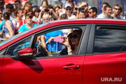 День города-2017. Тюмень, телефон, смартфон, водитель, женщина за рулем, гаджет, машина, снимает на телефон