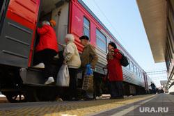 Железнодорожный вокзал Екатеринбурга, поезд, перрон, электричка, железнодорожный транспорт, пассажиры, поездка