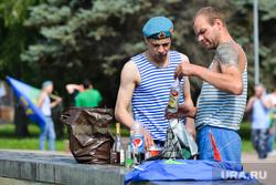 День ВДВ в Челябинске, десантники, голубые береты, выпивка, алкоголь, вдв, тельняшка