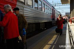 Железнодорожный вокзал Екатеринбурга, поезд, перрон, электричка, железнодорожный транспорт, поездка