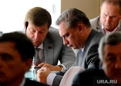 Челябинская городская дума. Депутаты, шмидт андрей, смотрит в телефон