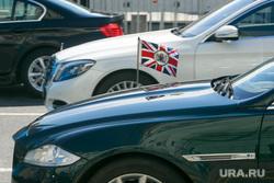 Въезд президентского кортежа в Боровицкие ворота Кремля перед инаугурацией Президента России Владимира Путина. Москва, автомобили, флаг великобритании, английский флаг