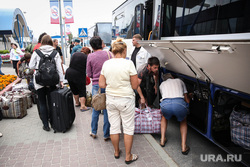 Беженцы с Украины. Сургут, погрузка багажа, автобус