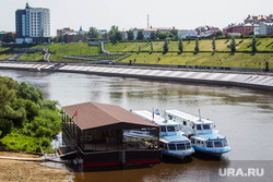 Туристические суда на Туре. Тюмень, город тюмень, речной транспорт, набережная туры, река тура