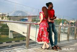 Футбольные болельщики в Москве, влюбленная пара, зарядье парк