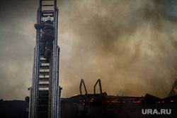 Пожар на Уралмаше. Екатеринбург, дым, пожарный, пожарная лестница